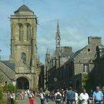 Centre Historique de Locronan: Locronan: Francia:  panoramica sulla chiesa