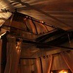 Miroir au dessus du lit avec rideau amovible Chambre Namasté