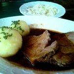 Bayrischer Scweinebraten mit Klössen und Krautsalat.