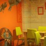 El café tiene varios espacios, todos muy coloridos. Ambiente relajado para tomar café.