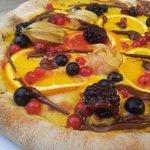 Pizza dolce ai frutti di bosco, e nutella nel cornicione