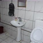 Sauberes Badezimmer mit viel Platz
