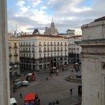 O quarto com vista à Calle Correo era bem quieto, apesar da proximidade da praça Puerta del Sol.