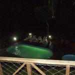 Vista da piscina a noite do apartamento