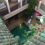 Vista al interior del hotel desde la terraza