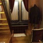 """chambre petite mezzanine . grande baignoire au bout du """"couloir"""""""