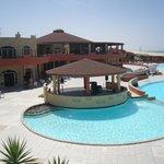 l'espace piscine, restaurant derrière