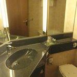 Banheiro bom bastante espelho