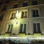 Hotelfront bei Nacht