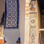 Innenbereich des Riads mit Verzierungen