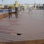 Die Dachterrasse sollte nicht betreten werden, da sie massiv einsturzgefährdet ist. Keine Warnhi