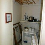 Zimmerschrank mit Kühlschrank und Teekocher