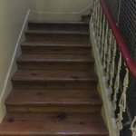 escaleras al lado del ascensor