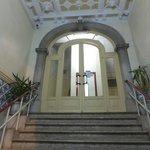 escalera de acceso al ascensor