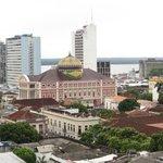 Vue sur l'opéra de Manaus depuis le balcon de notre chambre