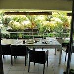 Une des terrasse avec salle à manger extérieure
