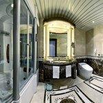 Royal Club Rooms Bathroom
