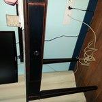 superbe tv et son cable d'antenne des années 50 qui ne sers pas a grand chose car la tv ne caote