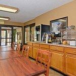 Travelers Inn Suites Memphis Breakfast