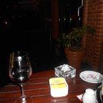tomando um vinho na varanda