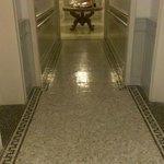 きれいなタイル貼りの廊下