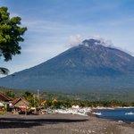 Uitzicht op de vulkaan vanaf het strand voor de bungalows