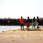 Bambini e pescatori davanti l'Htl