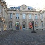 Cours de L'hôtel de St Aignan, statue de de Gaulle.