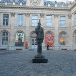 Cour et statue du Général de Gaulle.