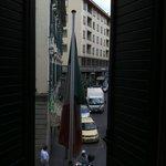 窓の外に見えるScala通り。