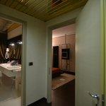 scorcio del bagno grande e camera da letto