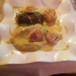 Noix de saint jacques rôties, condiment courgette-pignons et chorizo, fondue de poireaux et crèm