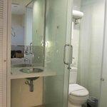 lavabo en dormitorio, wc poco intimo con puerta corredera