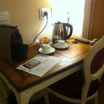 Escritorio con cafetera y tetera eléctricas