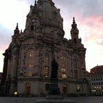 La Frauenkirche au lever du soleil en août