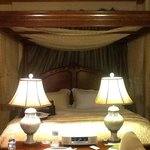 versailles court canopy bed