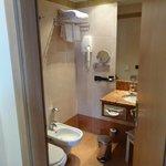 バスルーム。モダンです。奇麗です。イタリアのホテルのバスにはこの手動ウォシュレットが付いているのが普通のようです。