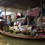 At hrs floating market