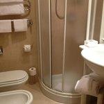 シャワーブースは広いと言えず。ミラノの中心地のホテルだからこんなもんでしょう。