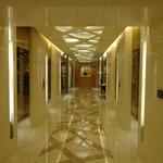 Couloir des ascenseurs des chambres