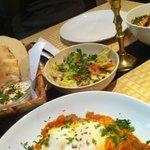 Shakshuka, Hummus und Salat