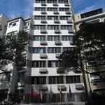 Le bâtiment de l'hôtel vu depuis la rue