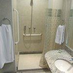 La salle de bain de la chambre 106