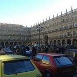 La piazza durante una manifestazione con esposizione di auto d'epoca