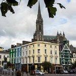 Impression aus dem Stadtbild von Cobh mit der Kathedrale St. Coleman im Hintergrund
