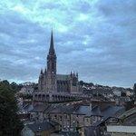 St. Coleman Kathedrale, in Cobh bei Abendstimmung