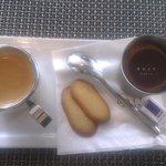 Caffè e mousse al cioccolato con biscotti