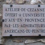 No muro da entrada do  Atelier de Cézanne