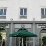 terraza de Starbucks en la fachada derecha del hotel