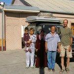 Familie vor dem Hoteleingang (Abschiedsfoto)